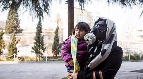 نترسید، ازکره مریخ نیامده. یک زن ایرانی است که برای ثبت نام در انتخابات مجلس به خیابان آمده است