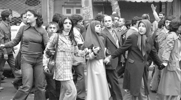 تظاهرات زنان و مردان در جریان انقلاب 57 ـ عکس دیوید برنت