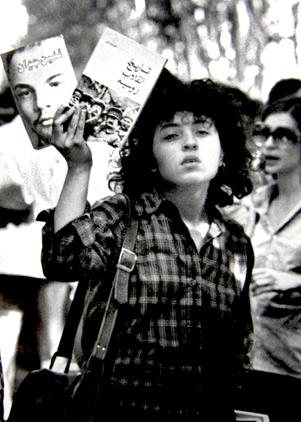 دختر جوانی که مقابل دانشگاه کتاب های کمونیستی می فروشد