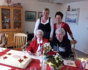 بورگهیلد در جشن صد سالگیاش در خانه سالمندان به همراه دختر و نوه اش