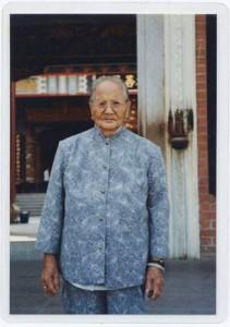 3ـ کو نگان که هماره خود را در برزخ بین نروژ، ویتنام و چین احساس میکرد. تصویر او در سفرش به چین.