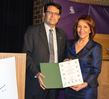 اهدای تقدیرنامه دولت کانادا به پروانه میثاقی توسط آقای مجید جوهری