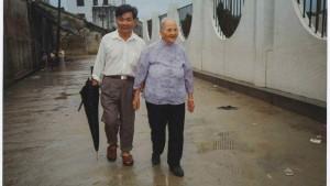 پسر دوم کو که ناگزیر به ترک او شد و بعد از 42 سال بار دیگر در چین یکدیگر را دیدار کردند.