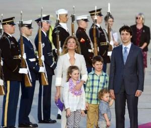 جاستین ترودو نخست وزیر کانادا به همراه همسر و فرزندانش در فرودگاه واشنگتن
