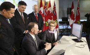 خانم کاتلین وین نخست وزیر انتاریو وزرای دارایی و آموزش عالی پشت سر ایشان حضور دارند