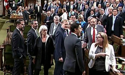برخورد آرنج ترودو به سینه یک نماینده ان دی پی و جنجال در پارلمان