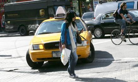 هنگام گذشتن از خیابان، عابران سرگرم با تلفن همراه جریمه می شوند