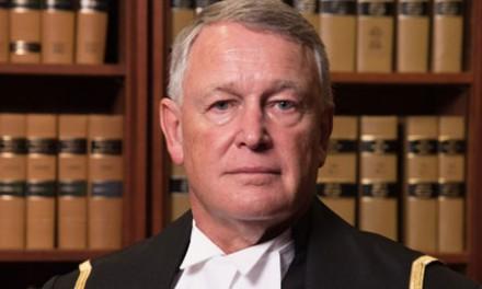 قاضی دادگاه فدرال  معذرت خواهی می کند