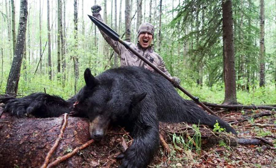 کشتن خرس با نیزه صدای همه را درآورد
