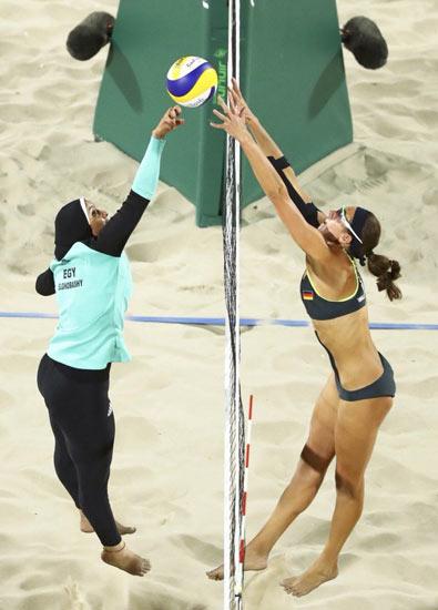 مسابقه ی تیم والیبال ساحلی زنان مصر در مقابل تیم آلمان در المپیک ریو چه می بینید؟ حجاب علیه بیکینی؟ یا قدرت وحدت بخش ورزش؟