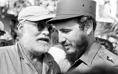 ارنست همینگوی (چپ) در گفت وگو با فیدل کاسترو
