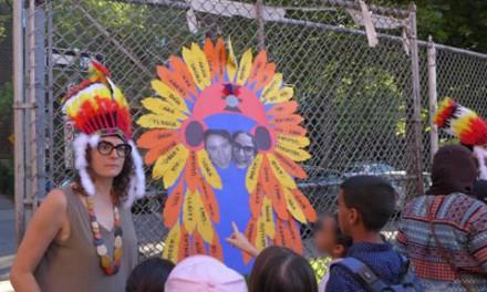 اعتراض به توزیع سرآذین های بومیان کانادا در یک مدرسه
