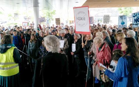 """تظاهرات علیه """"نستله"""" برای آسیب به محیط زیست کانادا"""