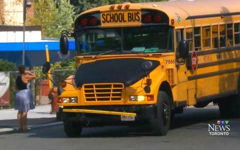 کمک کارکنان TDSB به رانندگان اتوبوس های مدرسه