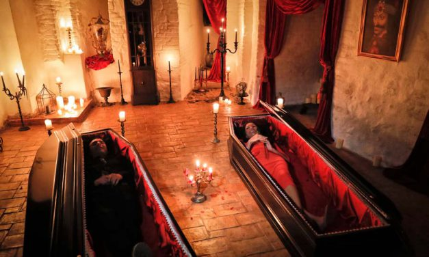 گذراندن هالووین در درون تابوت و در قلعه ی دراکولا!