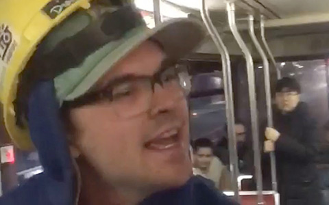 فریادهای نژادپرستانه ی یک مرد در اتوبوس های ریلی تورنتو