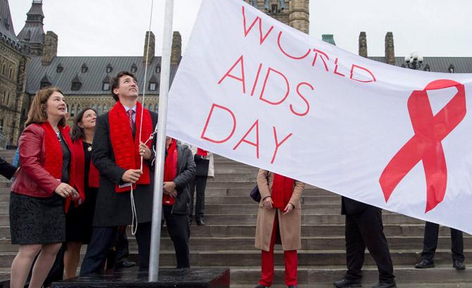 جاستین ترودو نخست وزیر کانادا پرچم روز جهانی ایدز را برافراشت