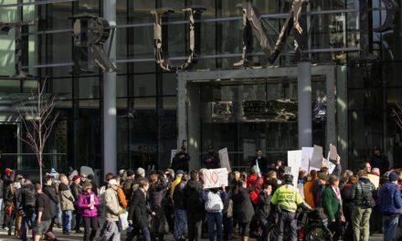"""تظاهرات مردم ونکوور در اعتراض به بازگشایی هتل """"ترامپ"""""""