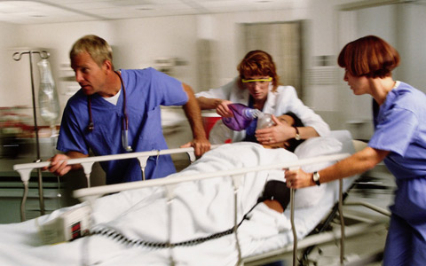 تأخیر در جراحی اورژانسی، بازی با جان بیماران
