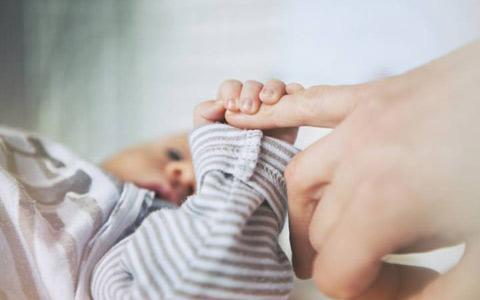 شکایت زوج اهل کبک به دلیل اصرار بیمارستان بر زایمان طبیعی نوزاد ۶ کیلویی
