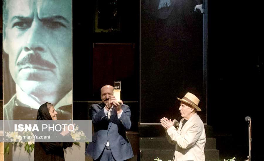 """اعطای نشان """"داود رشیدی"""" به عمید نائینی روزنامه نگار برجسته و حامی اهالی فرهنگ و هنر"""