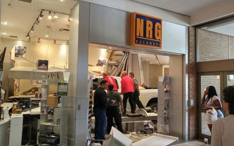 ورود کامیون به آرایشگاهی در مرکز خرید هیل کِرِست