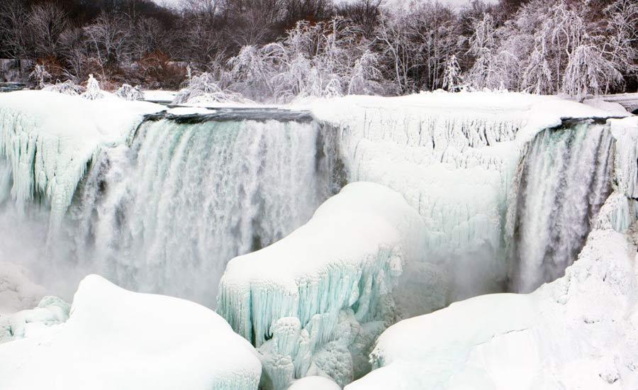 هوای سرد آبشار نیاگارا را به یکی از زیباترین دیدنی های جهان تبدیل کرده است