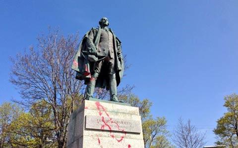 مجسمه ی موسس شهر هالیفکس برداشته می شود