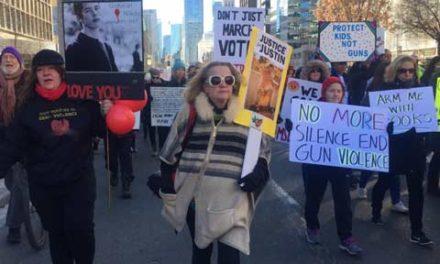 تظاهرات مردم تورنتو در همبستگی با دانش آموزان آمریکایی خواهان قانون کنترل سلاح