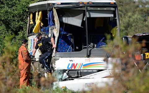 تصادف اتوبوس توریستی در اتوبان ۴۰۱ دهها نفر را راهی بیمارستان کرد