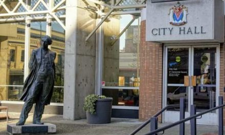 مجسمه ی جان مک دونالد از مقابل شهرداری شهر ویکتوریا برداشته می شود