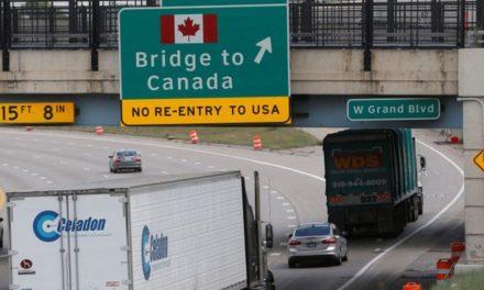 دونالد ترامپ به وسیله ی مالیات خودرو کانادا را تهدید می کند