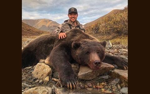 خشم مردم از یک بازیکن هاکی کانادایی به دلیل شکار خرس