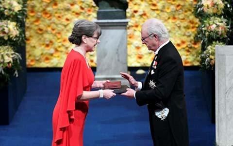 دنا استریکلند فیزیکدان کانادایی، جایزه ی نوبل فیزیک را دریافت کرد