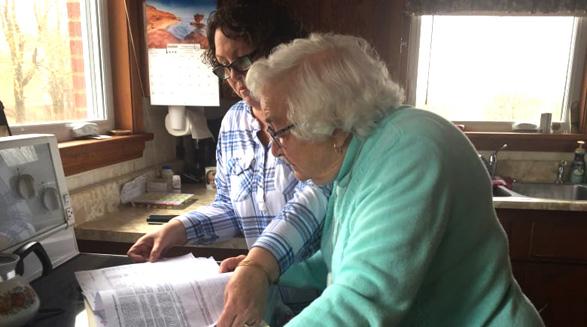 پیرزن ۸۸ ساله برای تلفنی هزینه پرداخت می کند که از آن استفاده نمی کند