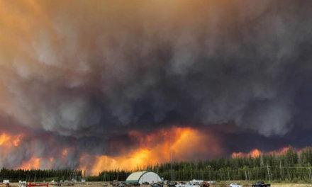 """تخلیه ی شهر """"های لول"""" به دلیل آتش سوزی گسترده در استان آلبرتا"""
