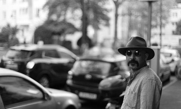 شاعر و روزنامهنگار ایرانی مقیم بلژیک با فتوای ارتداد مکارم شیرازی به مرگ تهدید شد