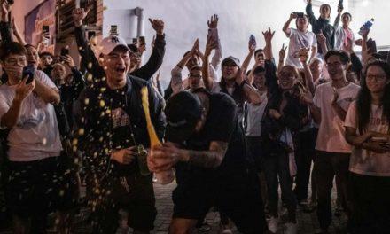 مخالفان دموکراسیخواه در انتخابات هنگ کنگ پیروز شدند