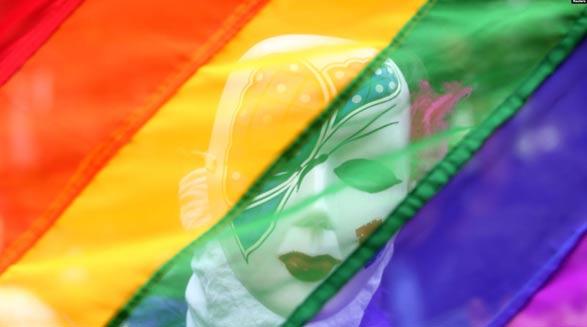 مردی که پرچم رنگینکمانی نماد دگرباشان جنسی را سوزاند به ۱۶ سال حبس محکوم شد