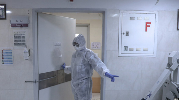 پس از مرگ دو بیمار مبتلا به کرونا در قم، ساکنان این شهر با ماسک در خیابانها تردد میکنند