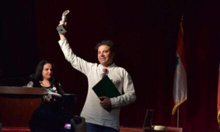 کارگردان ایرانی تئاتر مدال طلایش را به نشانه اعتراض فروخت