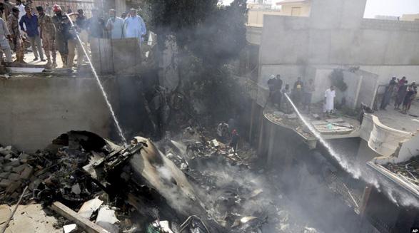پاکستان: هواپیمای مسافربری که در نزدیکی کراچی سقوط کرد ۹۸ سرنشین داشت