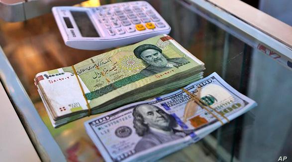 شتاب گرفتن روند صعودی نرخ ارز پس از بازگشت تحریمها؛ دلار از مرز ۲۸ هزار تومان عبور کرد