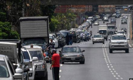 صفهای طولانی بنزین در ونزوئلا در پی تاخیر در دریافت بنزین از ایران
